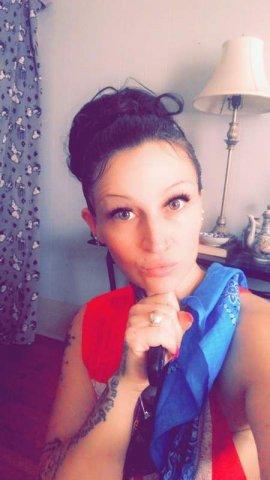Brunette babe hosting in UD... - 5