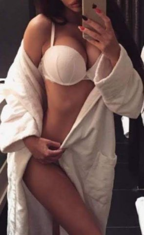 WANT TO SEE THE SEXIEST CHICK ON THE COAST - 2
